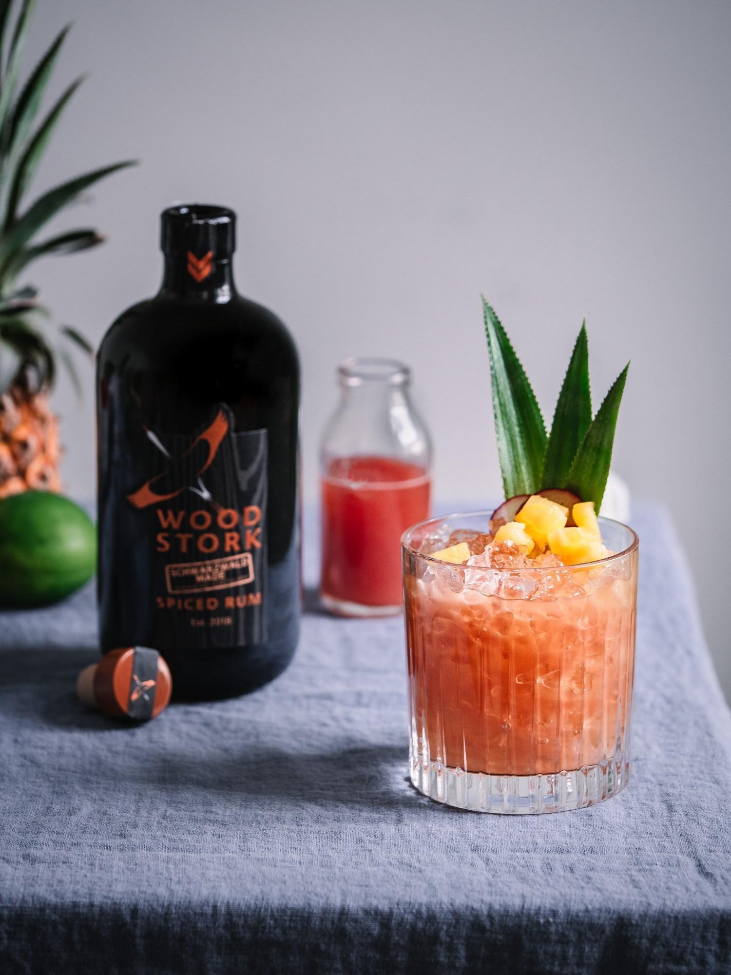 Rum-Cocktail-flasche-mit-glas
